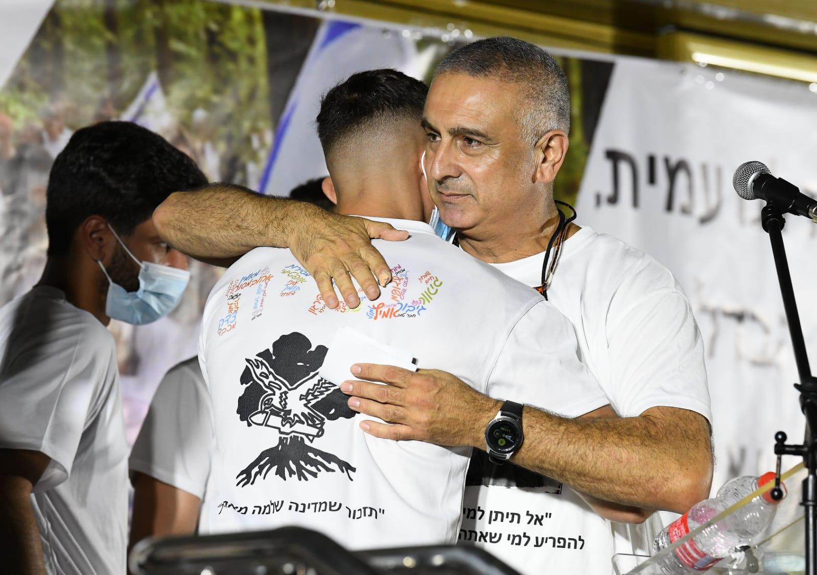 תמונות של ההורים של עמית בן יגאל ז ל מהפגנה ברחבת בית חמ ל
